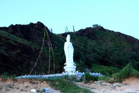 Phía xa là đảo bé (xã An Bình, thuộc huyện Lý Sơn)