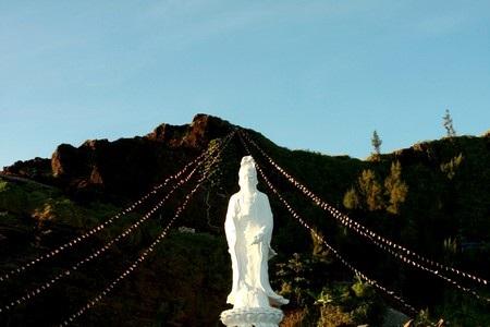 Tượng Phật tựa lưng vào núi