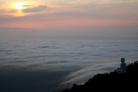 Tượng Đức Phật bồng bềnh trong sương