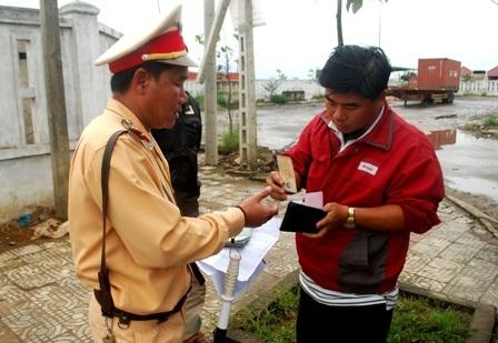 Lực lượng CSGT Công an TP Đà Nẵng kiểm tra xe khách qua địa bàn