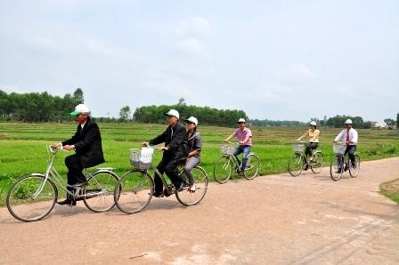 Du khách đi xe đạp tham quan đồng quê ở khu vực Thánh địa Mỹ Sơn