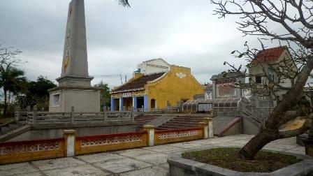 Tượng đài trong khu mộ