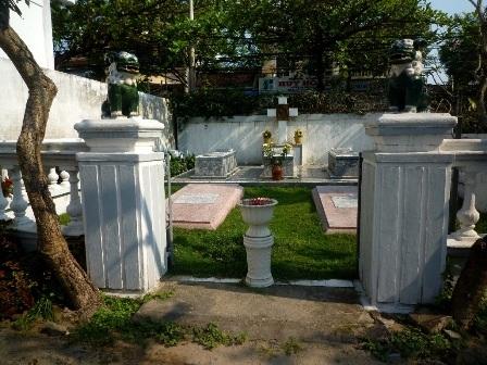 Khu mộ cổ các giáo sĩ nước ngoài tại nhà thờ Hội An