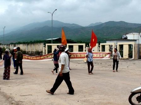 Các chủ nợ giăng băng rôn đòi nợ trước cổng nhà máy cồn Đại Tân ngày 17-18/3 vừa qua