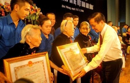 Bí thư Thành ủy Đà Nẵng – ông Trần Thọ - trao tặng danh hiệu đến các Mẹ