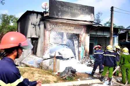 Lực lượng PCCC đang dập tắt đám cháy