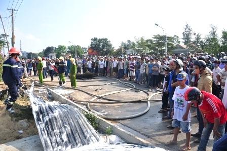 Rất đông người dân đã tập trung tại trước cửa hàng xảy ra hỏa hoạn