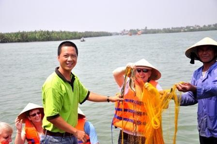 Du khách thích thú với chú cá dính lưới
