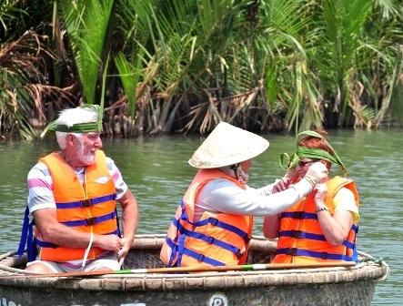 Du khách được tặng quà làm từ lá dừa nước