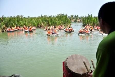 Chương trình đua thúng trong rừng dừavới tiếng trống dục