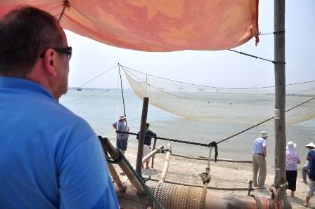 Ngoài chài lưới trên sông, du khách còn thực hiện công việc kéo rớ