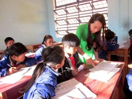 Giáo viên trẻ về vùng cao huyện Tây Giang, Quảng Nam dạy chữ cho các em