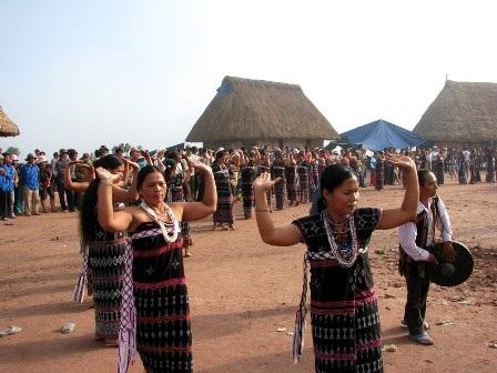 Phụ nữ Cơ tu trong ngày hội của buôn làng