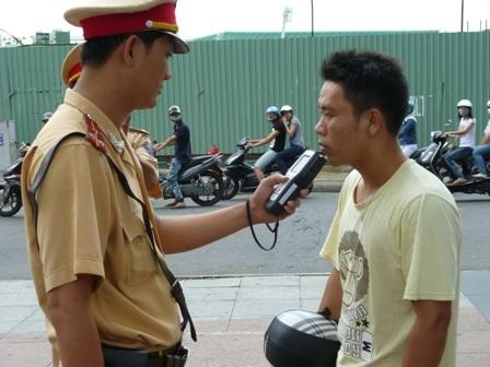 CSGT Công an TP Đà Nẵng tăng cường kiểm tra nồng độ cồn của người đi xe máy nhằm hạn chế TNGT