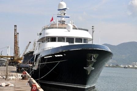 Siêu du thuyền Dorothea III đang đậu trên sông Hàn