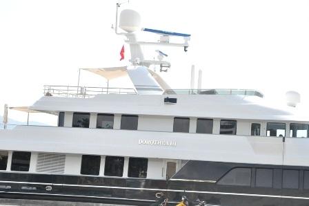 Bên cạnh siêu du thuyền Dorothea III là du thuyền nhỏ dùng để dạo chơi trên sông khi có sóng êm.
