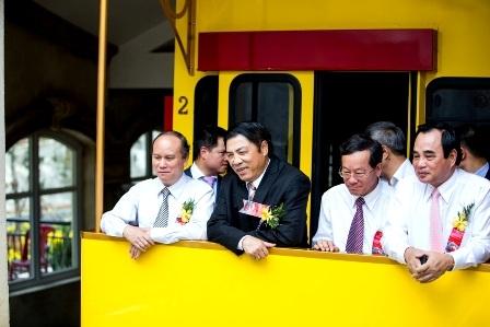 Những du khách đầu tiên đi tàu hỏa leo núi