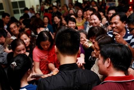 Khán giả Đà Nẵng chia sẻ với ca sĩ ở đêm diễn