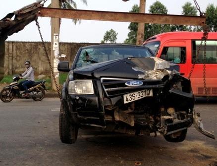 Chiếc xe bị hỏng nặng phần đầu sau khi đâm vào trụ đèn