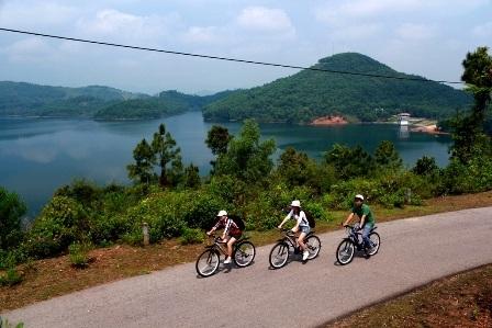 Du khách đạp xe quanh hồ