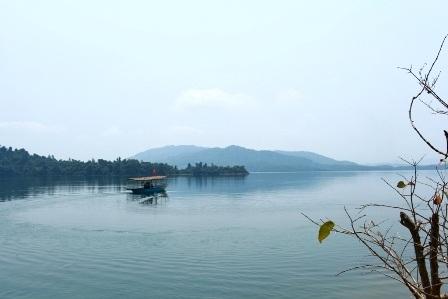 Phong cảnh thanh bình, thơ mộng của hồ Phú Ninh