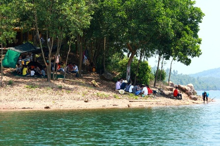 Du khách cắm trại vui chơi ở các đảo trên hồ