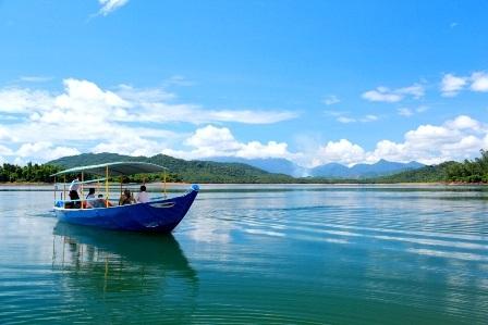 Một đảo nổi giữa Hồ Phú Ninh