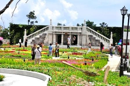 Du khách tham quan vườn hoa Le Jardin D'amour ở Bà Nà vừa được khai trương cuối tháng 4 vừa qua