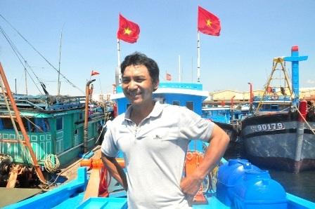 Nụ cười tự tin trên con tàu vừa hoàn thành của ngư dân Nguyễn Sương