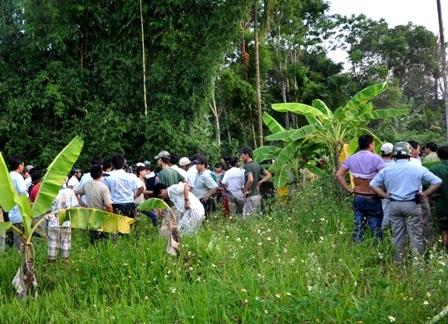 Rất đông người dân kéo đến hiện trường xem con bò tót chết