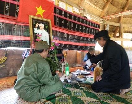 Già làng Cơlâu Nâm thắp nhang trước di ảnh Bác Hồ cầu mong hòa bình cho dân tộc