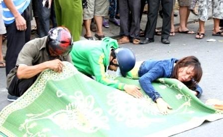 Người vợ ôm thi thể chồng khóc ngất sau tai nạn
