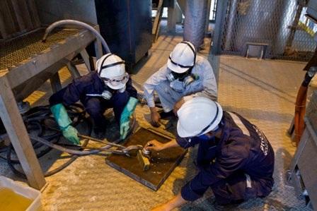 Lò nấu vàng thành phẩm tại nhà máy. Trong ảnh: Công nhân đang làm vệ sinh thỏi vàng dore'