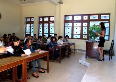 Thí sinh nghe phổ biến quy chế thi tại ĐH Quảng Nam. (Ảnh: Công Bính)