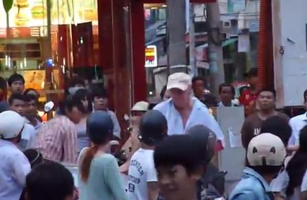 Xử phạt một người nước ngoài quậy tưng bừng trên phố