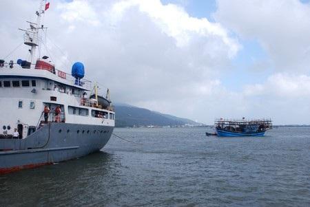 Cứu 35 ngư dân bị nạn trên biển về đất liền an toàn - 1
