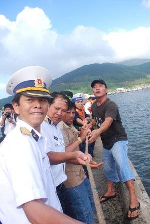 Cứu 35 ngư dân bị nạn trên biển về đất liền an toàn - 2
