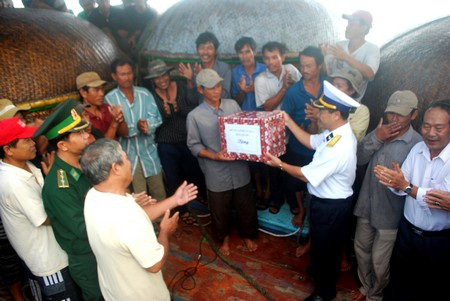 Cứu 35 ngư dân bị nạn trên biển về đất liền an toàn - 5