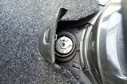 Bình nhiên liệu dưới chân hơi bất tiện khi đổ xăng nhưng lại thuận tiện cho vận hành