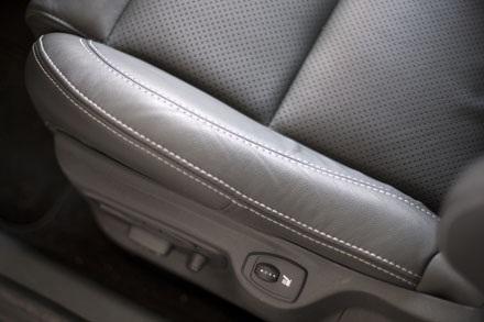 Bộ ghế chỉnh điện có chức năng sấy, hàng ghế sau có thêm tựa tay trung tâm tích hợp giá để đồ