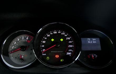 Bẳng đồng hồ chính của Mégane vẫn dùng công nghệ analog