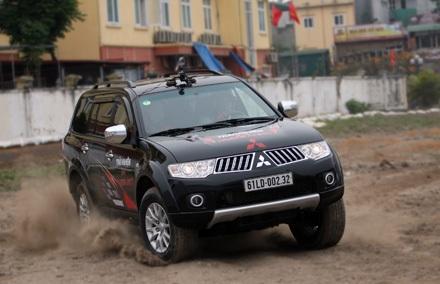 Mitsubishi ra mắt xe Pajero Sport bản máy xăng