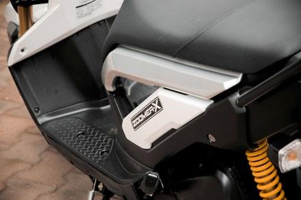 Tem xeZoomerX to hơn và khác hẳn phiên bản 50cc vốn khá kín đáo
