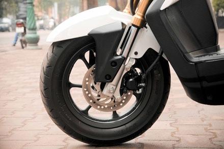 Phanh đĩa phía trước với 3 piston, cùng hệ thống phanh kết hợp ABS