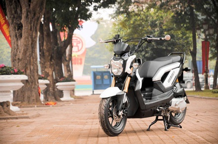 Một thay đổi lớn trên xe Zoomer-X so với phiên bản 50cc là trang bị chân chống bên