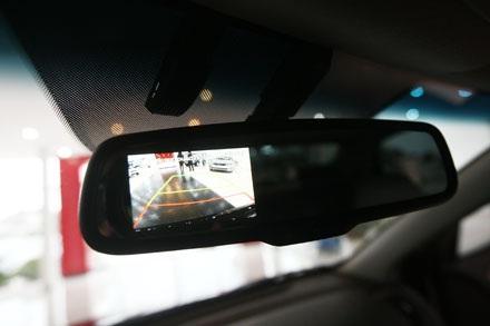 Camera lùi tích hợp trên gương chiếu hậu, bên trên là cảm biến sấy kính