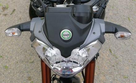 Nhìn phía trước, từ trên xuống, xeBenelli VLM 150 chỉ khác chiếc Generic Code 150 ở logo