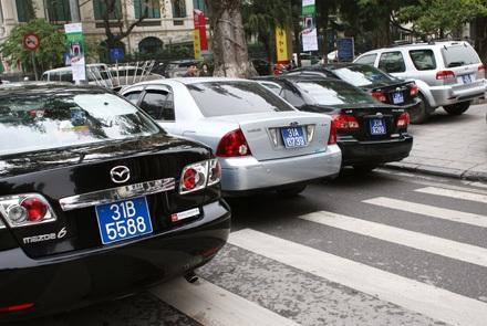 Bằng những chiếc xe du lịch, thuộc quyền quản lý của TP Hà Nội