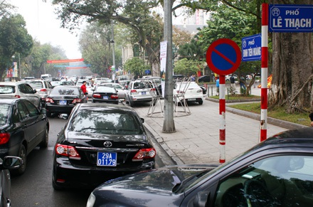 Những chiếc xe này đỗ xe hoàn toàn sai luật khi biển báo cấm dừng được dựng ngay đầu đường