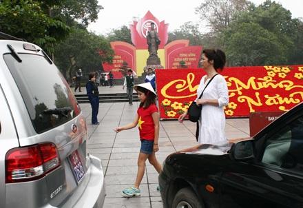 Du khách nước ngoài muốn vào chụp ảnh với tượng vua Lý Thải Tổ phải vượt qua vòng vây bằng ôtô này